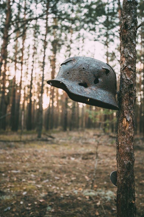 Beschädigt durch Kugeln und Schrapnell-Metallsturzhelm deutschen Infanterie Wehrmacht-Soldaten At World War II lizenzfreie stockfotos