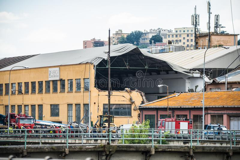 Beschädigtes Gebäude durch den Einsturz die Morandi-Brücke in Genua, Italien lizenzfreies stockfoto