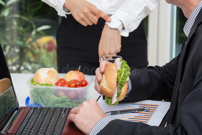 Beschäftigte Arbeitskraft mit seinem verärgerten Chef stockfotografie