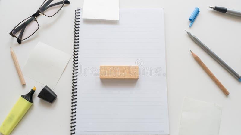 Beschäftigte Geschäft Schreibtischtabelle und -Holzklotz bearbeiten Wort writt lizenzfreies stockbild