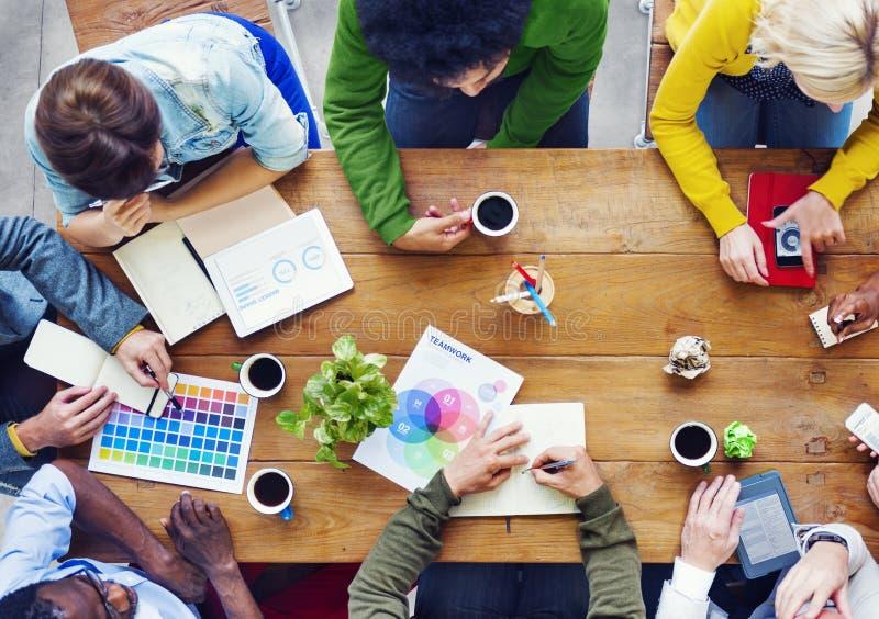 Beschäftigte Gruppe von Personenen-Diskussion über Geschäft lizenzfreie stockbilder