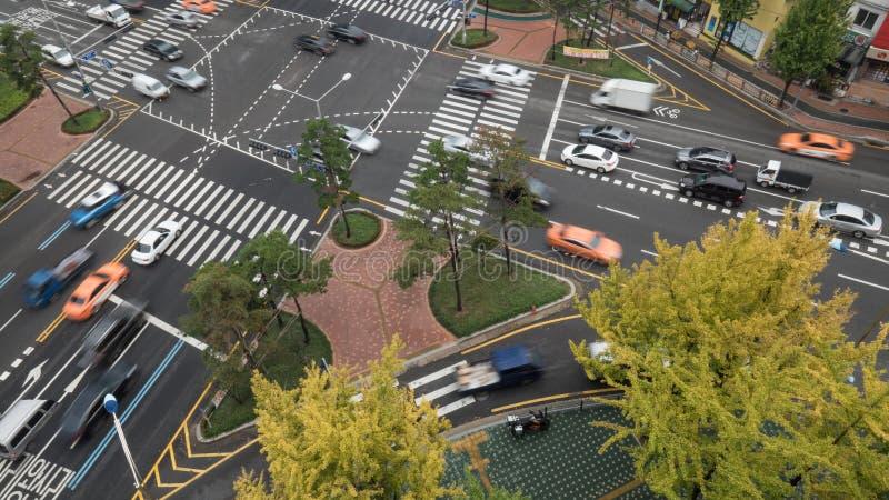 Beschäftigte Kreuzung in Seoul, Südkorea lizenzfreie stockfotografie