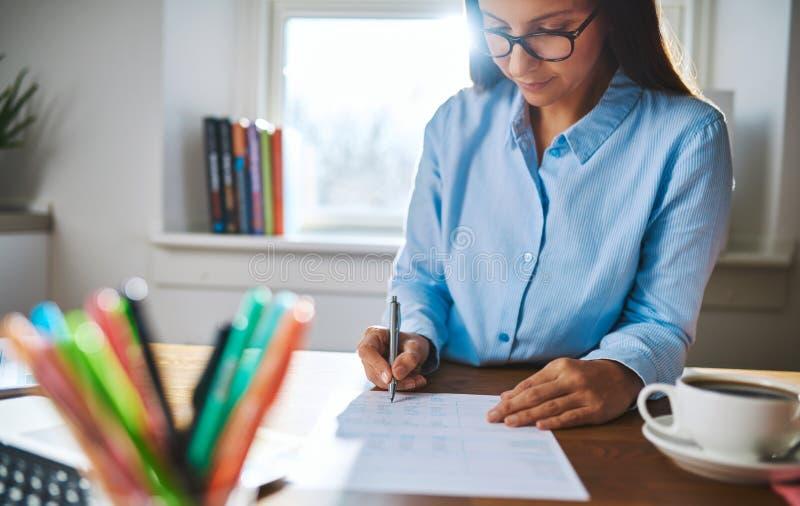 Beschäftigte Schreibensanmerkungen der jungen Geschäftsfrau lizenzfreies stockbild