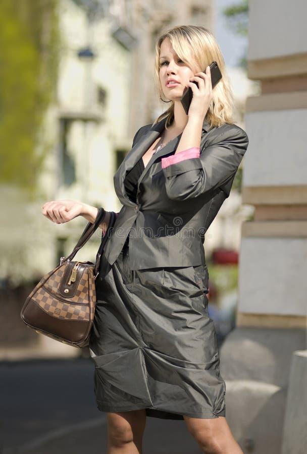 Beschäftigte Stadtfrau lizenzfreies stockbild
