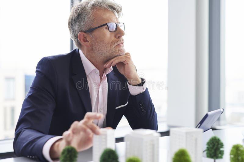 Beschäftigter älterer Geschäftsmann, der an neue Lösungen denkt stockbilder