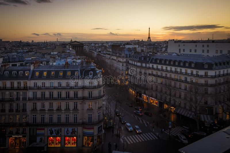 Beschäftigter Boulevard in Paris, Frankreich an der Dämmerung stockbild