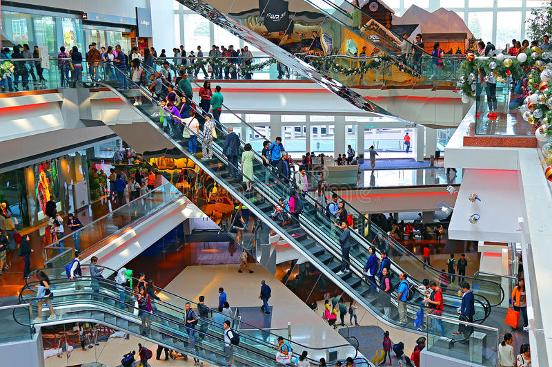 Beschäftigter Einkaufszentruminnenraum stockfotos