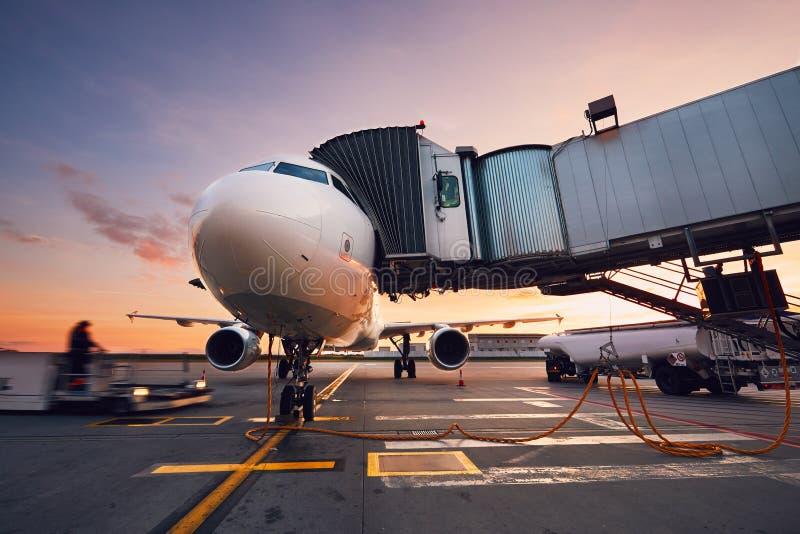 Beschäftigter Flughafen bei dem bunten Sonnenuntergang stockbilder