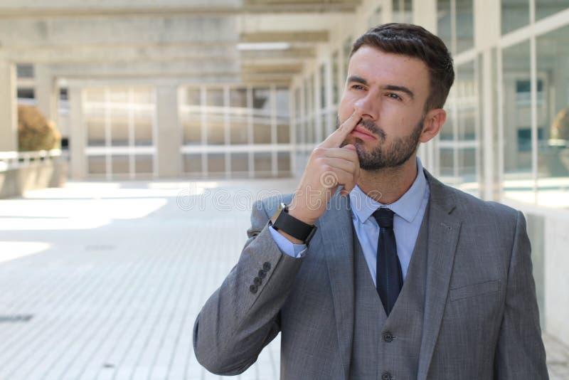 Beschäftigter Geschäftsmann, der etwas Schleim findet stockfoto