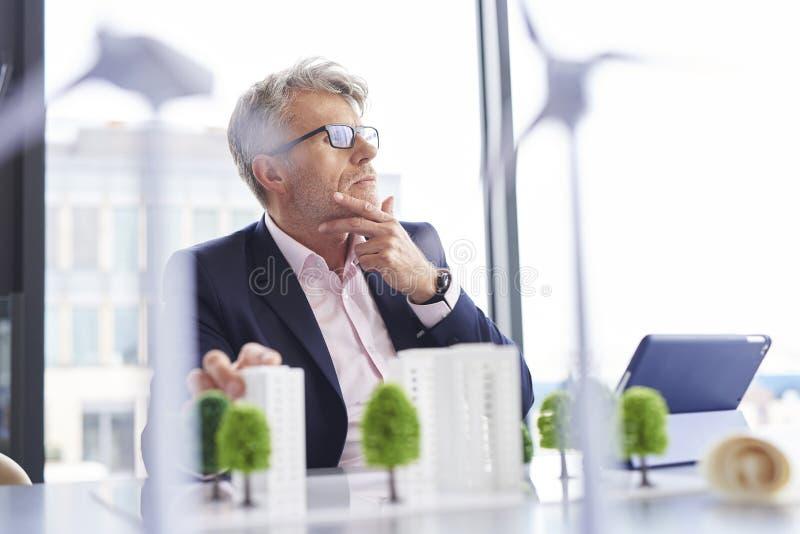Beschäftigter Geschäftsmann, der an neue Lösungen denkt stockbilder