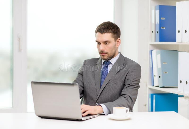 Beschäftigter Geschäftsmann mit Laptop und Kaffee stockfotos