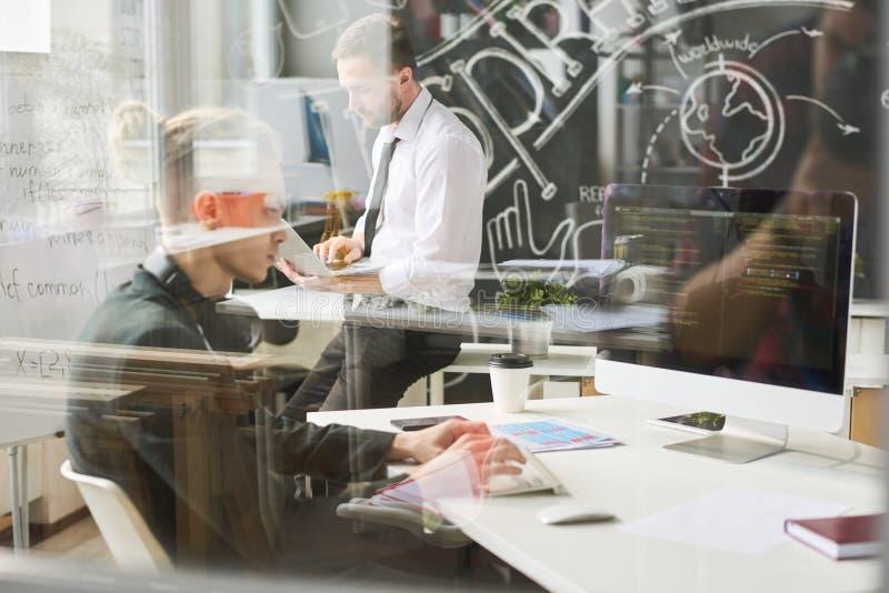 Beschäftigter junger Kodierer, der mit Computer arbeitet stockfotos