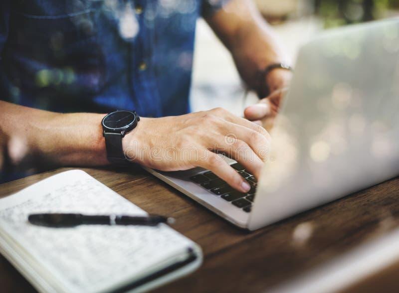 Beschäftigter Mann, der an einem Laptop arbeitet stockbilder