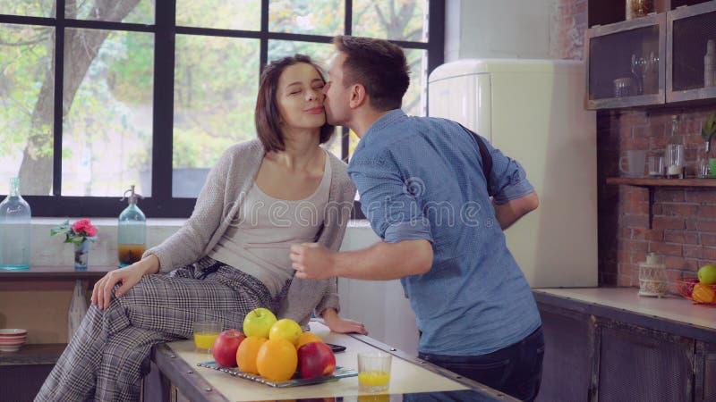 Beschäftigter Mann und Frau am frühen Morgen am Dachbodenraum lizenzfreie stockfotos