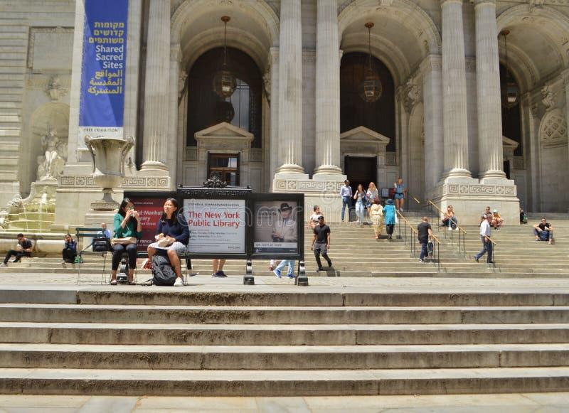 Beschäftigter New- York Citynachmittag auf Fifth Avenue lizenzfreie stockfotos