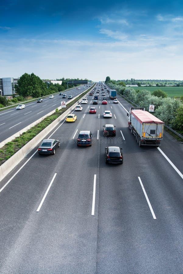 Beschäftigter Verkehr auf Landstraße stockbilder