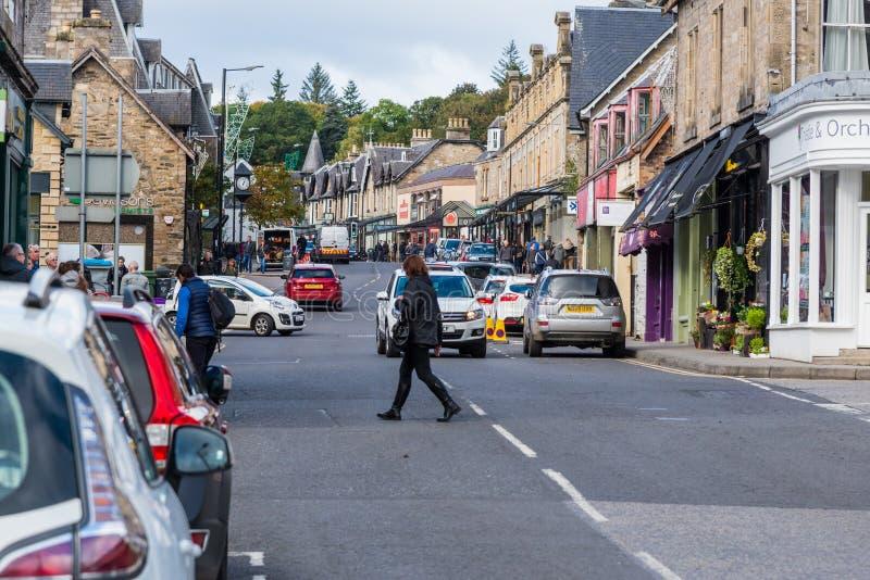 Beschäftigtes Main Street im populären Urlaubsziel Pitlochry Scotla stockbilder