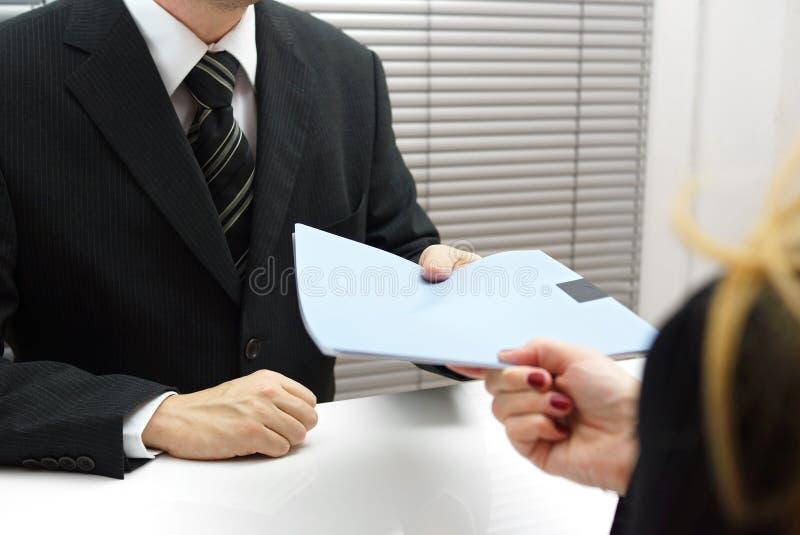 Beschäftigungsinterview mit dem weiblichen Bewerber, der eine Datei c überreicht stockbilder