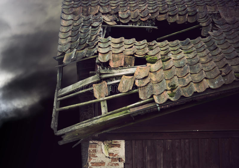 Beschadigd dak stock foto