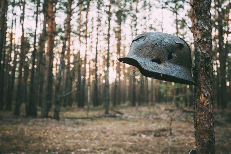 Beschadigd door Kogels en de Helm van het Granaatscherfmetaal van de Duitse Militair At World War II van Infanteriewehrmacht royalty-vrije stock afbeelding