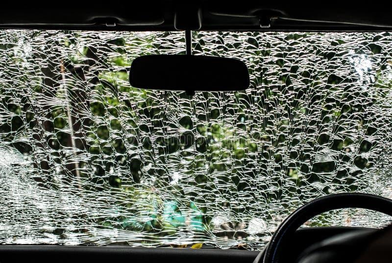 Beschadigd glas (autowindscherm) binnen auto stock afbeeldingen