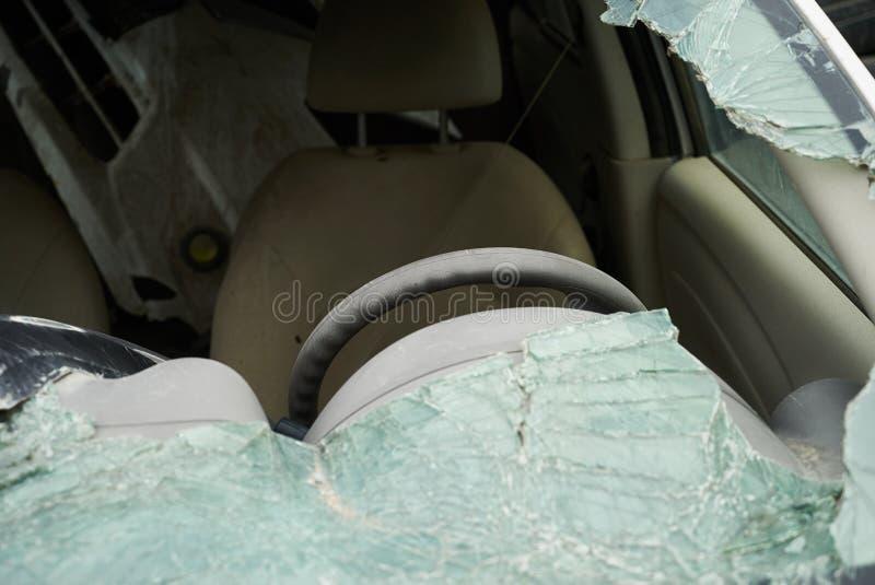 Beschadigd voertuig na autoneerstorting royalty-vrije stock foto