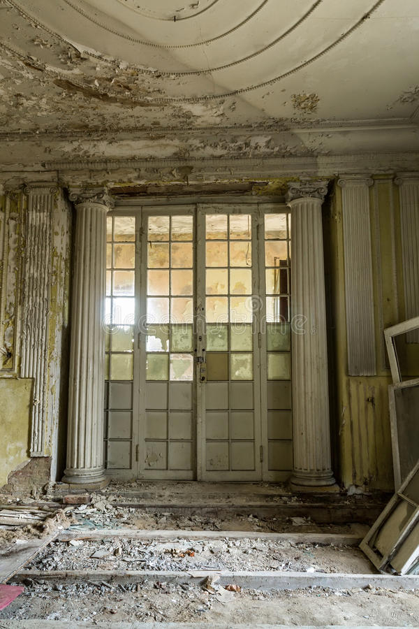 Beschadigde antieke deur stock afbeelding