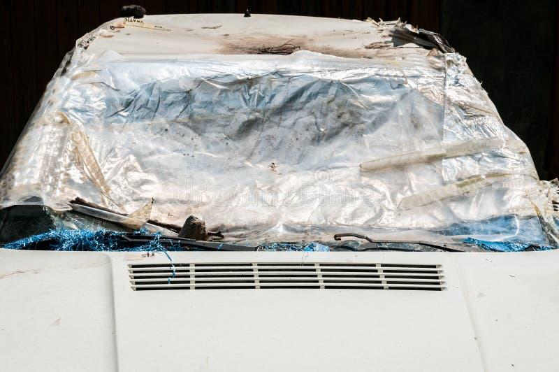 Beschadigde auto met gebroken en verbrijzelde die voorruit of windscherm met nylon wordt behandeld om voertuigbinnenland tegen se royalty-vrije stock afbeeldingen
