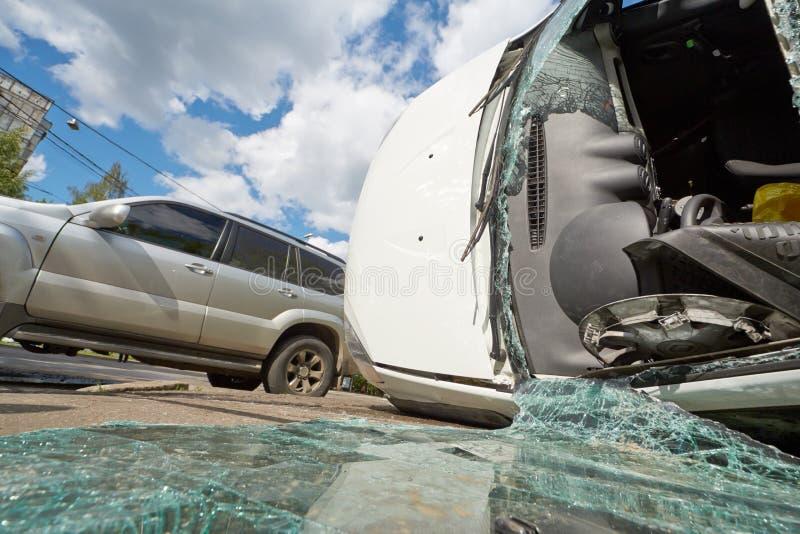 Beschadigde auto's op ongevallenplaats stock foto