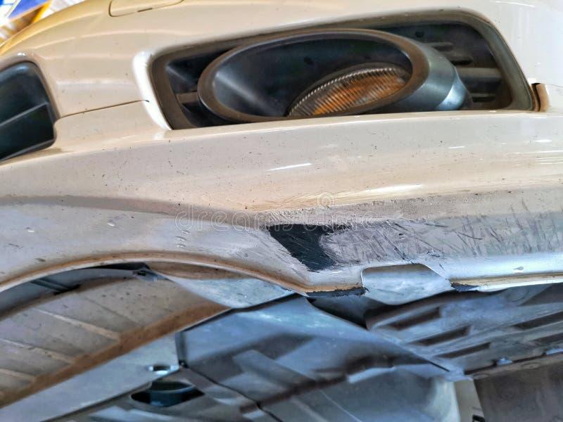 Beschadigde auto voorbumper van weg het schaven royalty-vrije stock foto