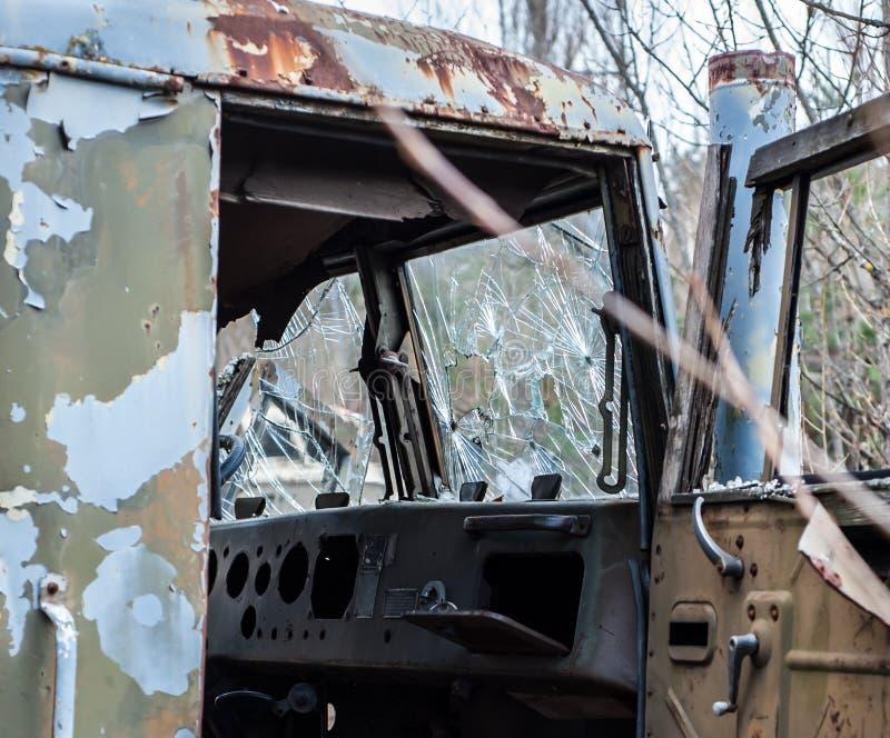 Beschadigde cabine met gebroken glas van het verlaten ouderwetse militaire spoor, in de Uitsluitingsstreek van Tchernobyl royalty-vrije stock foto