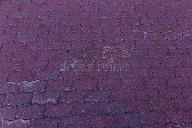 Beschadigde die asfaltweg met potholes, door freeze-thaw cycli in de winter wordt veroorzaakt slechte weg Gebroken bestratingenst royalty-vrije stock afbeelding
