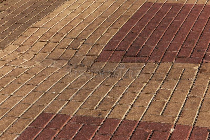 Beschadigde die asfaltweg met potholes, door freeze-thaw cycli in de winter wordt veroorzaakt slechte weg Gebroken bestratingenst stock foto