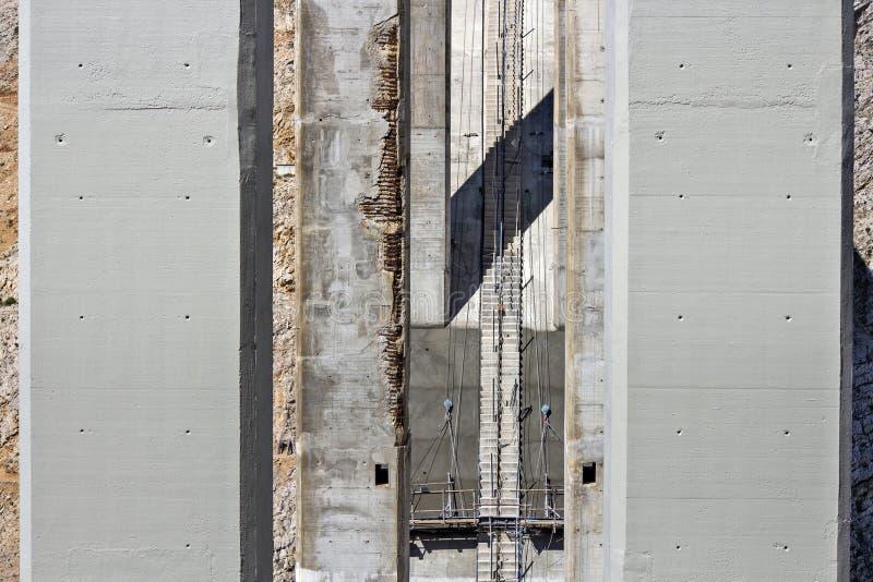 Beschadigde en vernieuwde pijlers stock fotografie