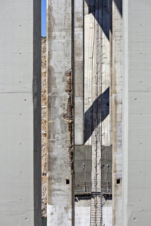 Beschadigde en vernieuwde pijlers stock afbeelding