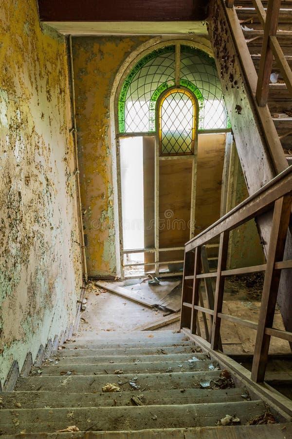 Beschadigde treden in het trappenhuis royalty-vrije stock foto's
