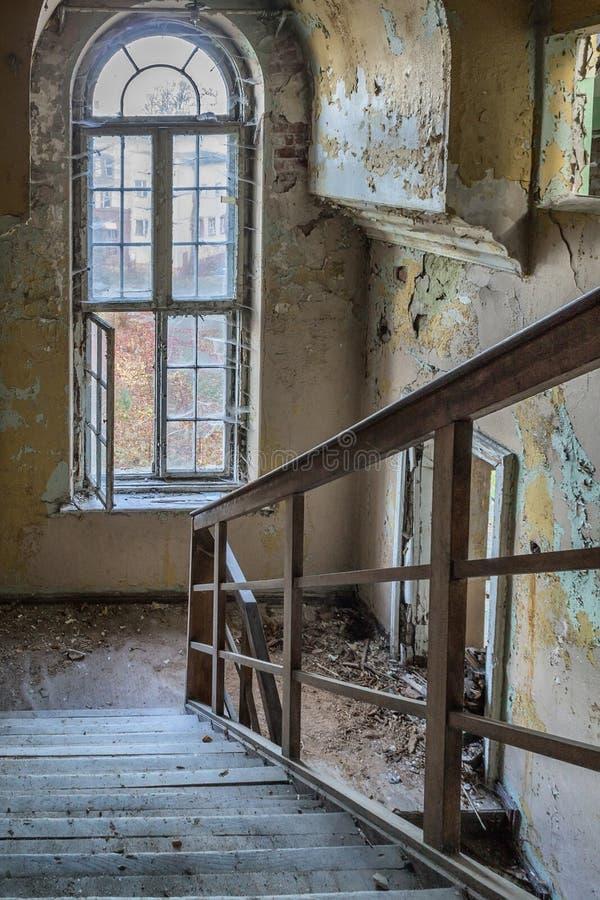Beschadigde treden in het trappenhuis stock afbeelding