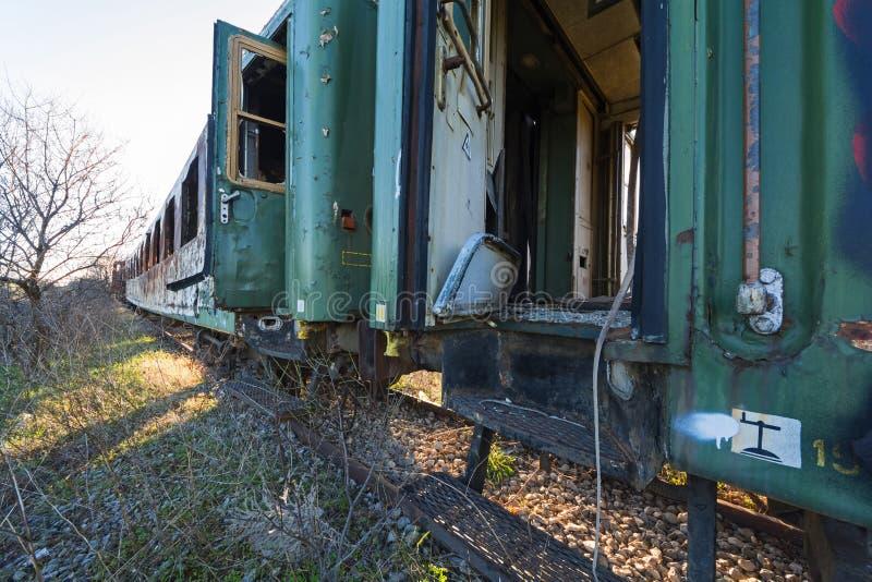 Beschadigde treinwagens in een oud verlaten spoorwegnetwerk royalty-vrije stock afbeeldingen