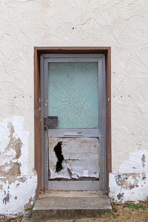Beschadigde voordeur stock foto's