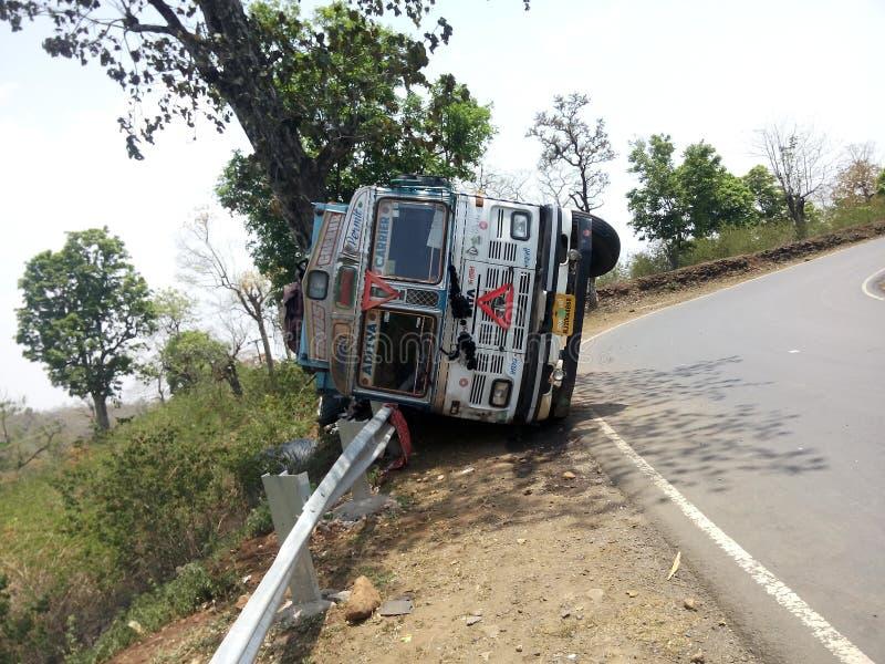 Beschadigde vrachtwagen in weg stock afbeelding