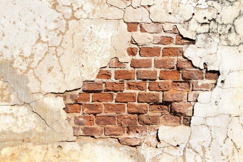 Beschaffenheit der alten Backsteinmauer und des gebrochenen Stucks der weißen Farbe stockbilder
