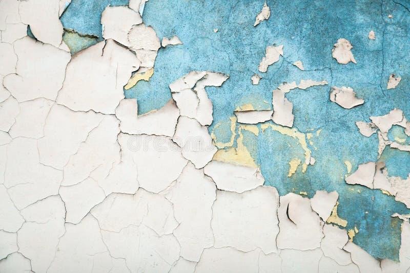 Beschaffenheit der alten weißen gebrochenen Farbe auf blauer Wand stockbild