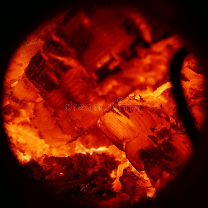 Beschaffenheit der brennenden Holzkohle und Flammen schließen oben lizenzfreie stockbilder