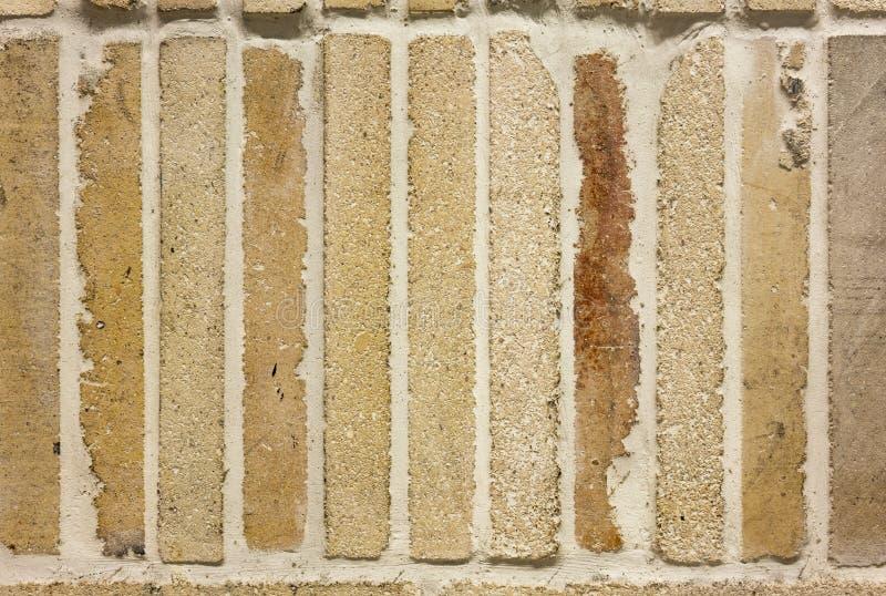 Beschaffenheit der gelben städtischen Steinbrandung des Weinlesebacksteinmauer-Hintergrundes stockbilder
