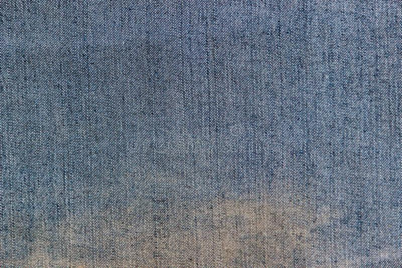 Beschaffenheit der inneren Seite eines blauen Denimgewebes mit dem großen gelben Fleck lizenzfreie stockbilder