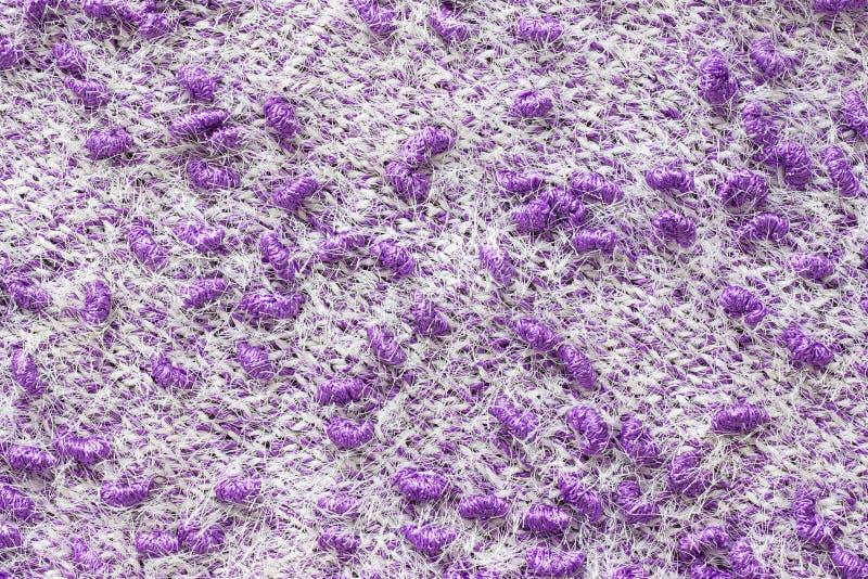 Beschaffenheit der Maschenware Vom Garn stricken, handgemacht Ein Muster des Farbweißen und purpurroten Garns, Hintergrund lizenzfreie stockbilder