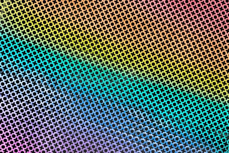 Beschaffenheit der perforierten Blechtafel gestempelt oder gelocht, um ein XO-Muster in der Regenbogenfarbe zu schaffen lizenzfreie stockfotos