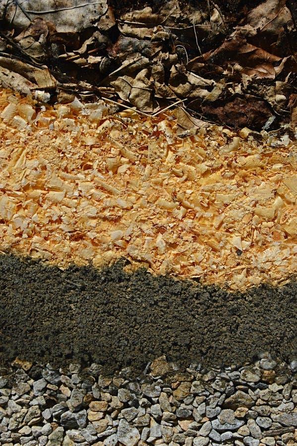 Beschaffenheit der Schicht Steins, Bodens, Sägestaubes und getrockneter Blätter Diese Schichten werden in so genannten Insektenhä lizenzfreies stockfoto