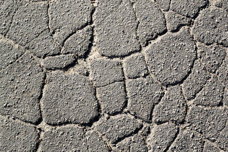 Beschaffenheit des alten gebrochenen Asphalts in dem Tages-II stockfotografie