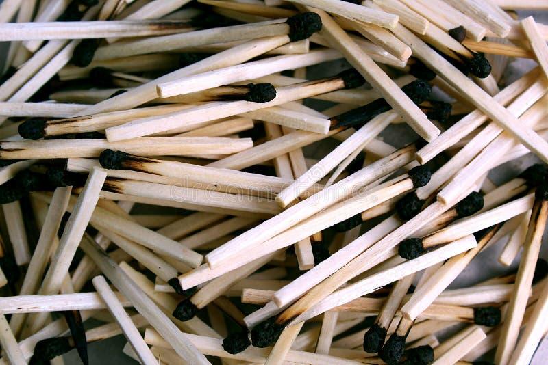 Beschaffenheit des benutzten hölzernen Matches liegen im Haufen lizenzfreie stockfotografie